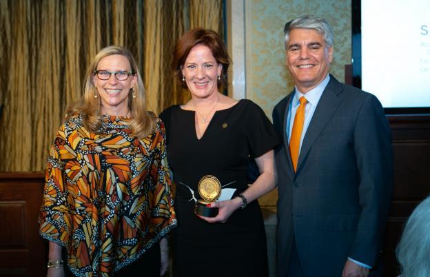 Shannon Cavanagh receives President's Associates Teaching Excellence Award